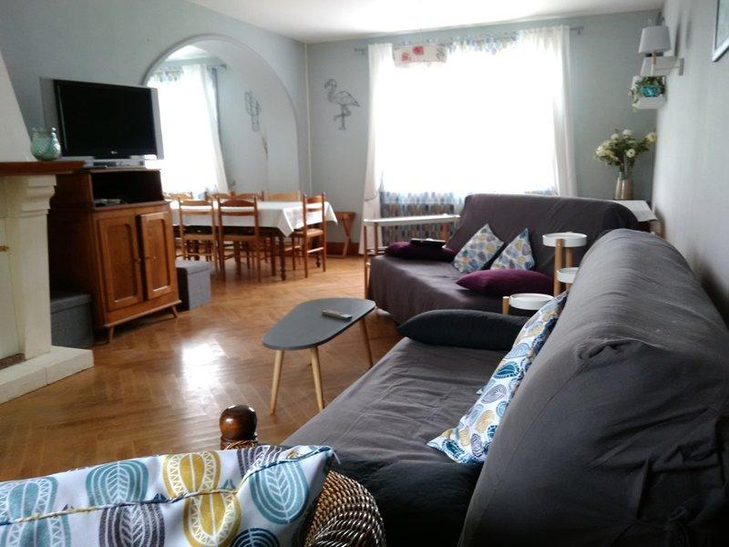 salon 2 canapés,2 fauteuils baie vitrée donnant sur la terrasse