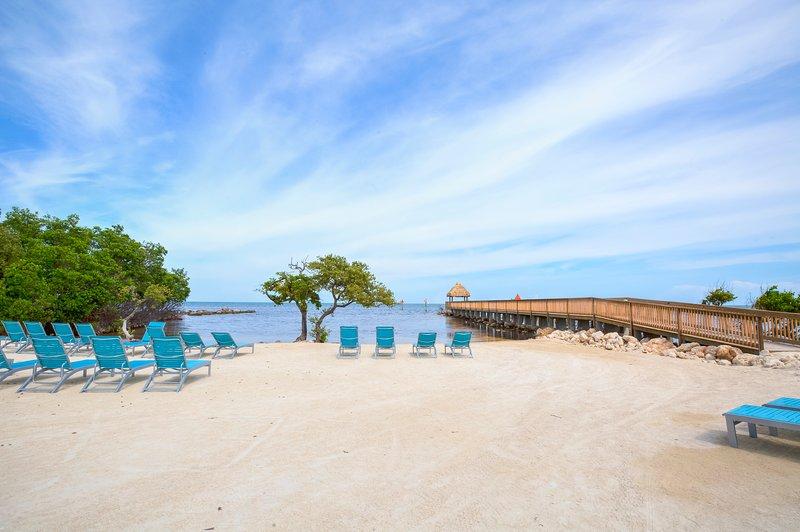 Hermosa playa privada de arena con paseo marítimo