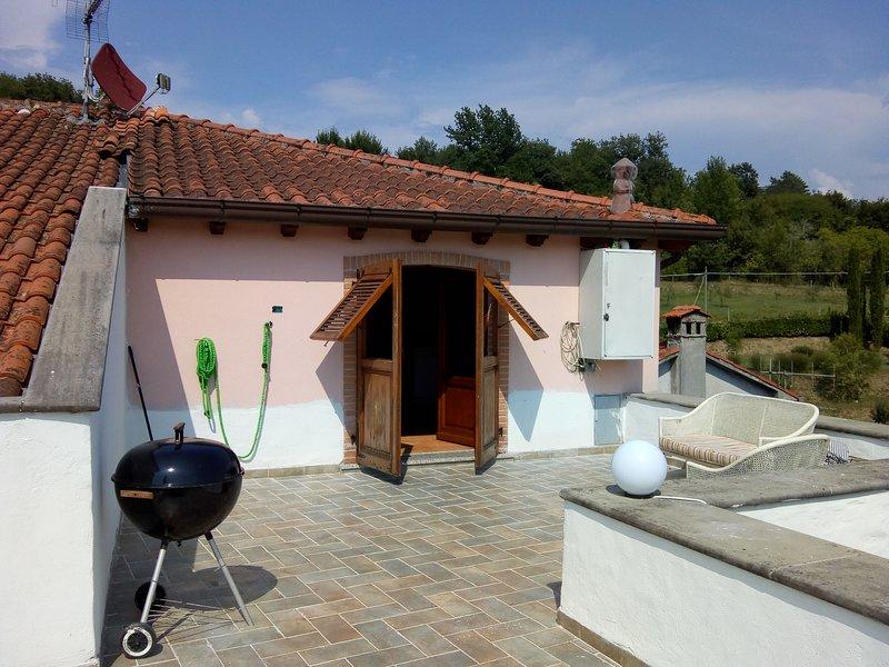 La terrasse entièrement équipée avec des meubles d'extérieur et un barbecue pour les invités