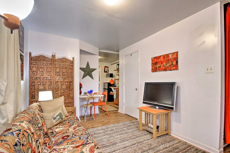 Enjoy charming Charles Town from this cozy vacation rental apartment!