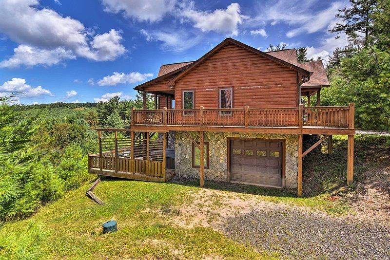 Fleetwood Cabin w/ Hot Tub Near Blue Ridge Pkwy!, holiday rental in Deep Gap