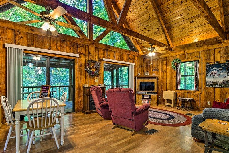 Tellico Plains Cabin - 25 Acres, Backyard Creek!, holiday rental in Tellico Plains
