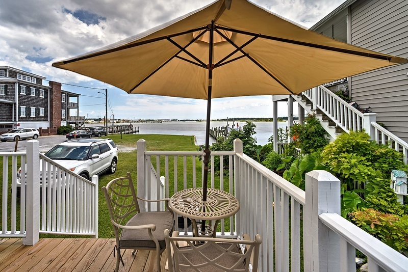 Escape to this waterfront 1-bath vacation rental studio in Swansboro!