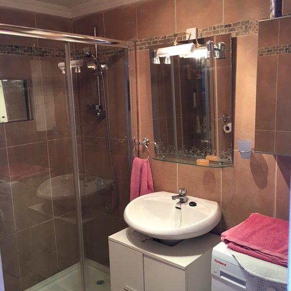 Salle de douche nouvellement équipée