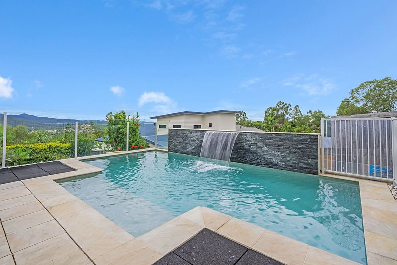 THEME PARKS 5min away Airport Transfers & 8 Seater, vacation rental in Upper Coomera