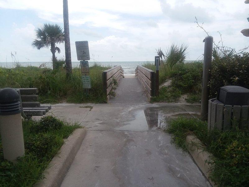 El acceso a la playa 7th Ave, a 12 pasos de la puerta de entrada, también tiene una ducha para enjuagar la arena