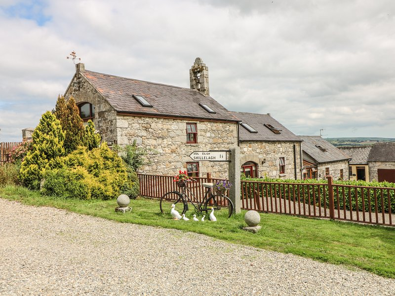 BYRE, open-plan, 6 acres of garden, near Shillelagh, holiday rental in Donard