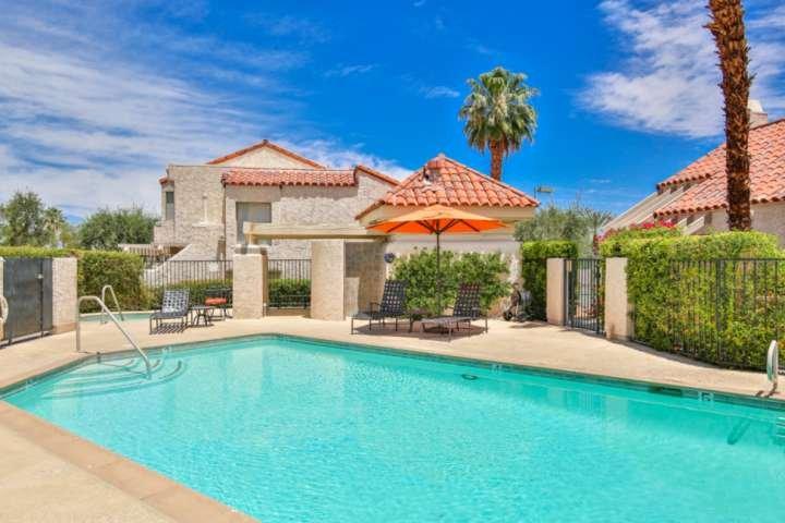 Fai un tuffo nella piscina tranquilla e rinfrescante o immergiti nella spa a pochi passi dal patio posteriore!