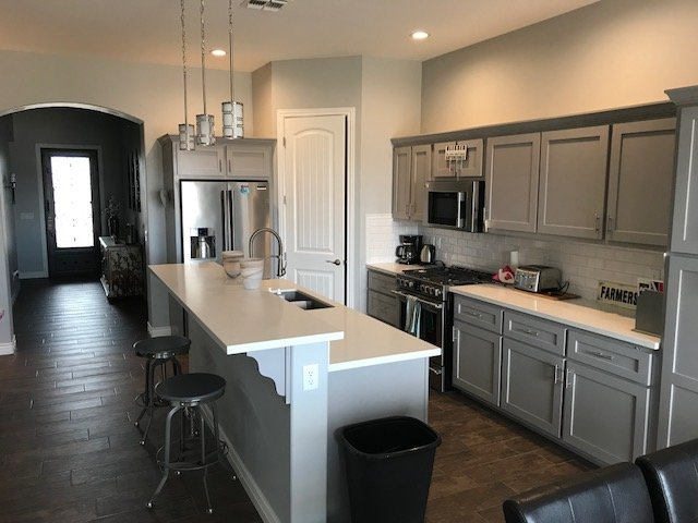 Gry Modern kitchen with Auartz counters and stainless appliances, fully stocked for 6 people.