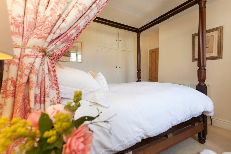Dormitorio principal con cama antigua con dosel