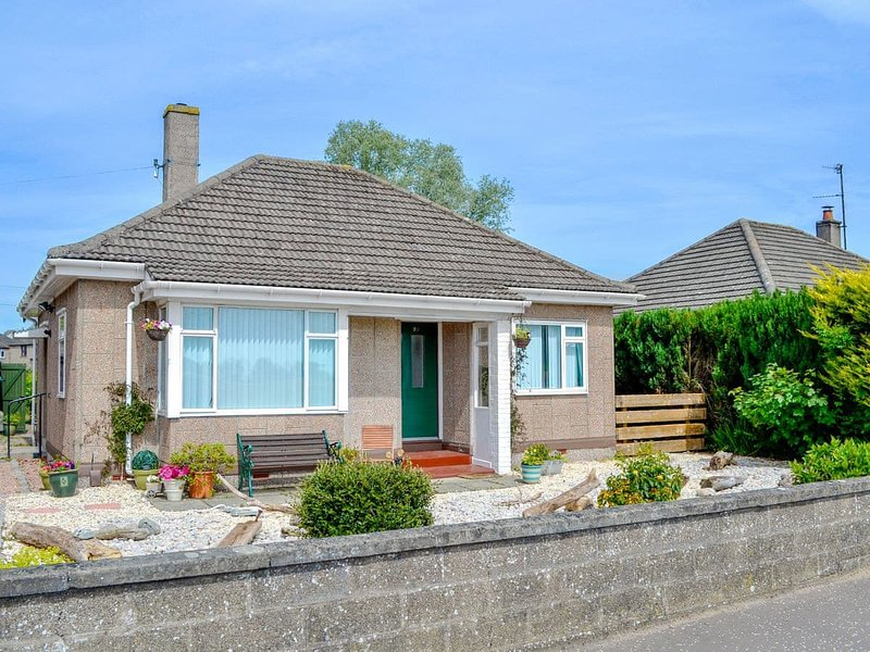 Delightful bungalow with landscaped garden - pebbled stone fishing theme.