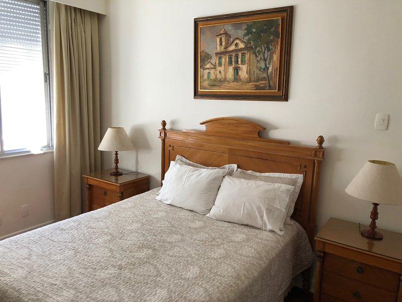 La habitación tiene una cama de matrimonio.