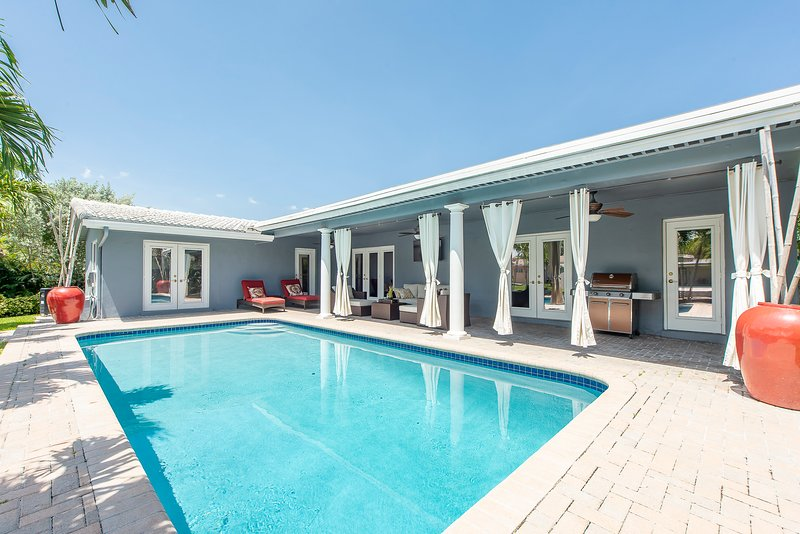 WATERFRONT VILLA salt water heated pool, patio, carport, central, 5 min to beach, casa vacanza a Oakland Park