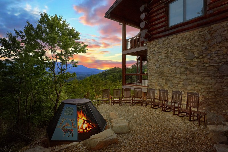 'Great Alpine Lodge' 6 BR Log Cabin, Fire Pit, Sleeps 26, Mtn View, Comm Pool, location de vacances à Gatlinburg