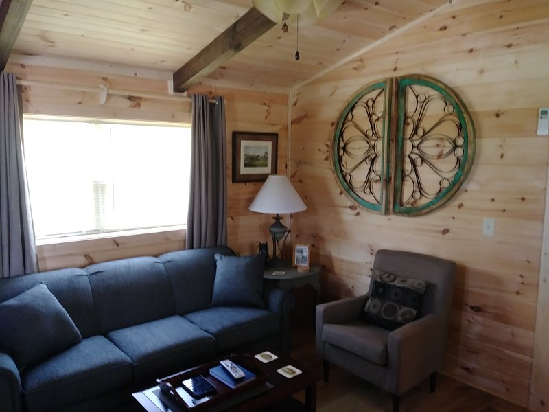 Moore Rd. Cabin # 3, approx. 1 mile from Tryon International Equestrian Center, vacation rental in Tryon