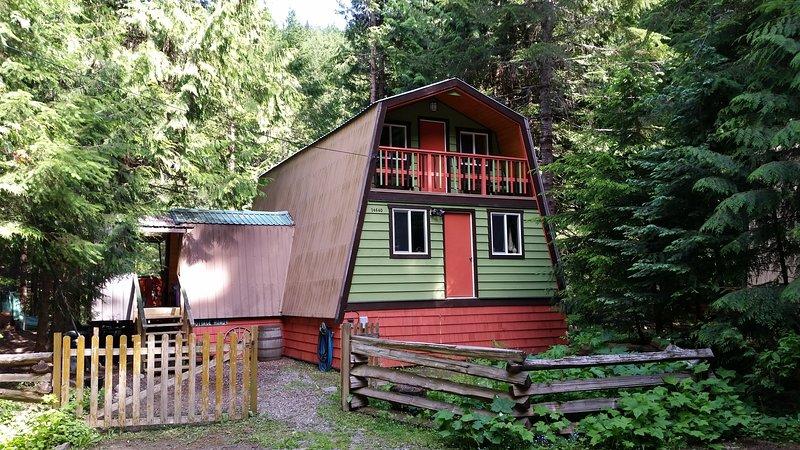 chalet confortable niché dans les arbres des montagnes Cascade avec la rivière Sumallo à votre porte.