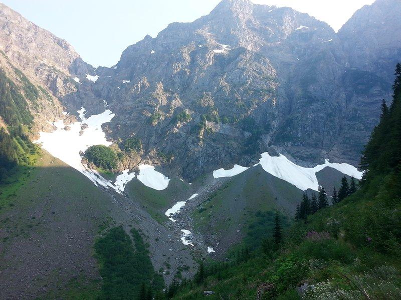 Des sentiers de montagne accessibles en vélo ou en VTT mènent à de magnifiques glaciers.