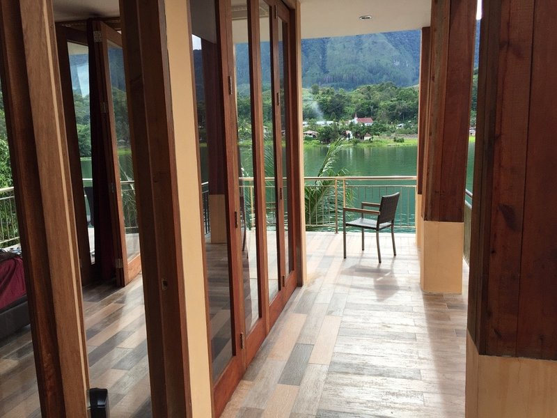 Peaceful villa directly on the lake, holiday rental in Sumatra