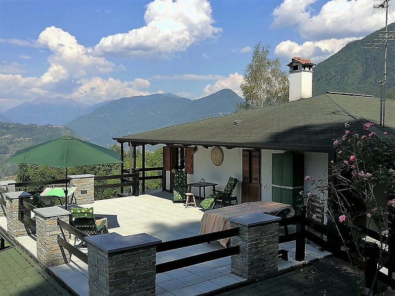 Tra Tirano e Sondrio THE GARDEN CHALET  - Camera con vista sul giardino, holiday rental in Province of Sondrio