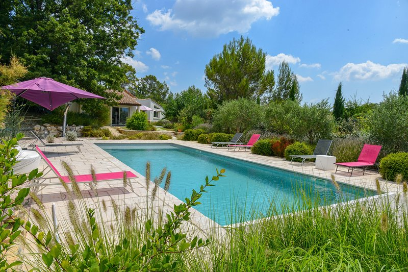 Amazing villa with swimming-pool, holiday rental in Gareoult