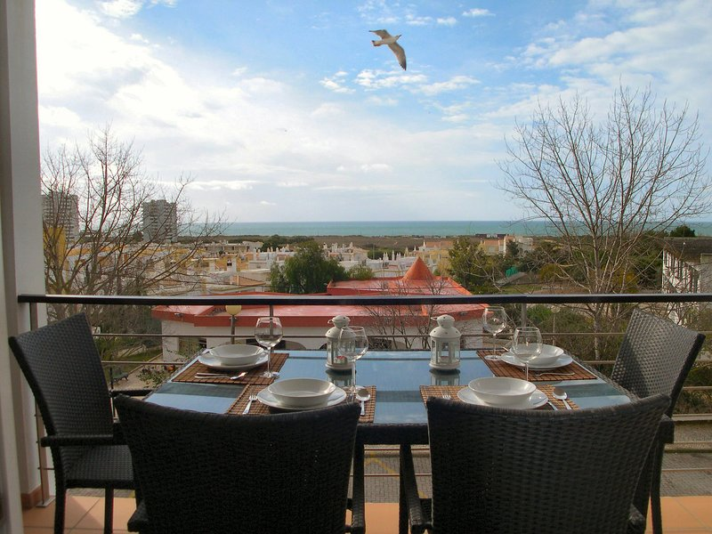 Lovely Apartment Alvor With Sea Views And Roof Top Communal Pool, location de vacances à Alvor