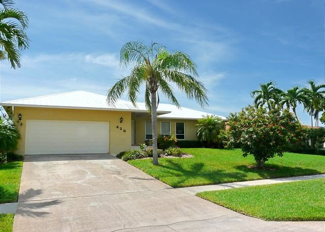 Idyllic waterfront home w/ heated pool & rear western exposure, vacation rental in Marco Island