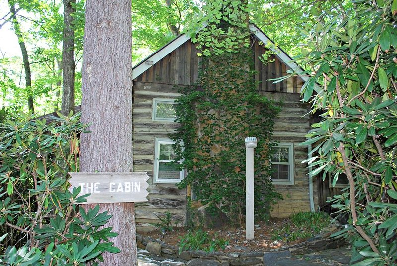 Laurel Mtn Cabin-Hot Tub, Romantic, Gas Fireplace, Pet Friendly, WIFI, holiday rental in Fleetwood