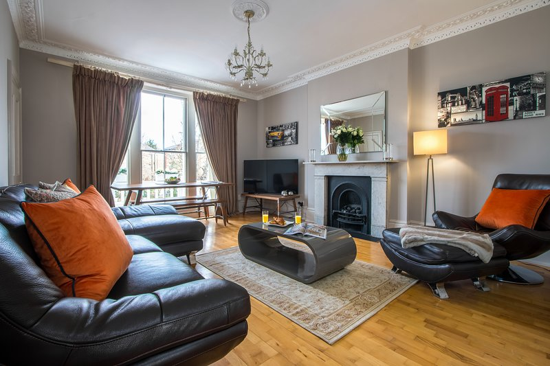 A beautiful one-bedroom, town-house styled apartment in Richmond, London, Ferienwohnung in Isleworth