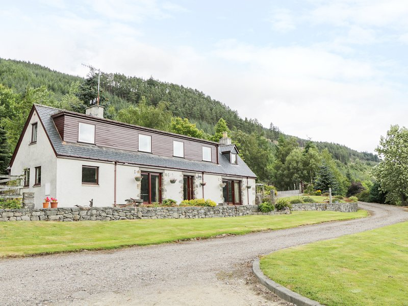 CARNOCH FARM COTTAGE, views of countryside and River Glass, dog-friendly, WiFi, holiday rental in Cannich