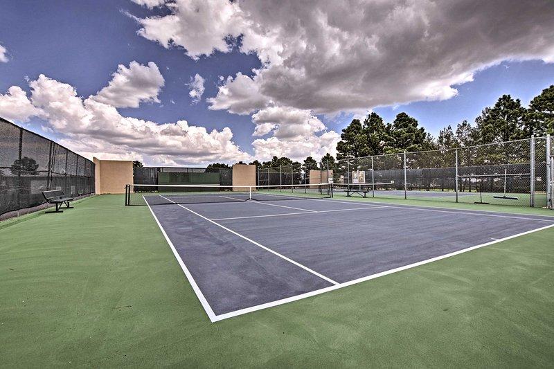 El club ofrece acceso a las canchas de tenis.