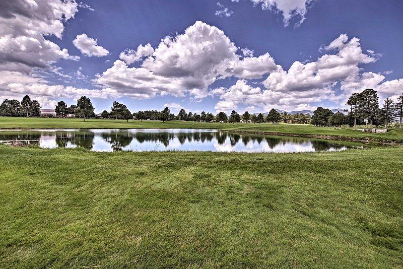 La casa está ubicada cerca de Alto Lakes Golf & Country Club.
