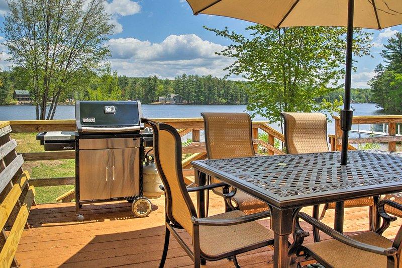 Ce chalet de vacances pour 6 est situé sur Pine River Pond.