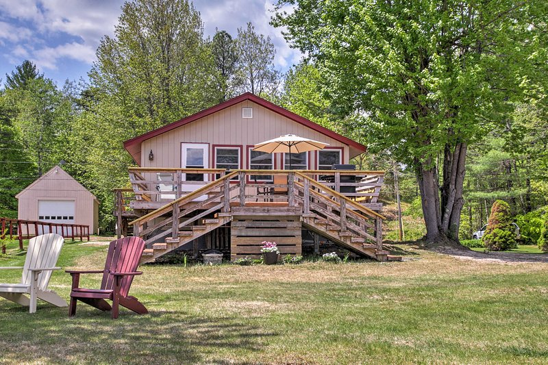 Lakefront Wakefield Cottage w/ Deck & Water Views!, holiday rental in Wakefield