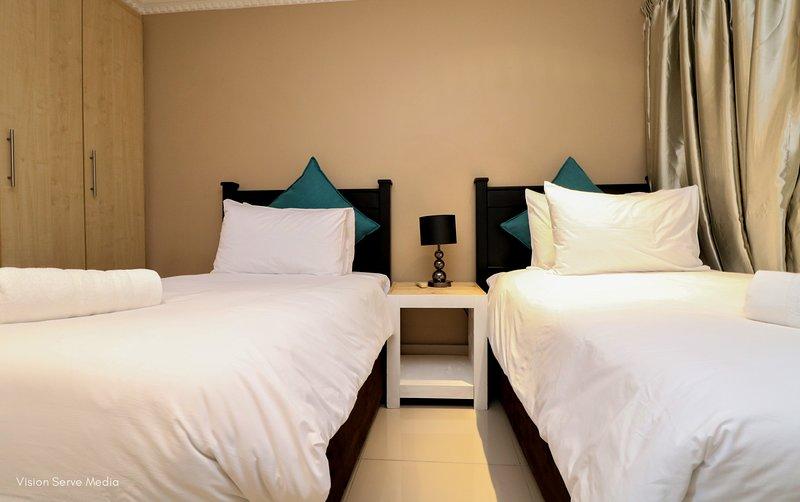 Hermoso segundo dormitorio, se puede convertir en una cama King a petición