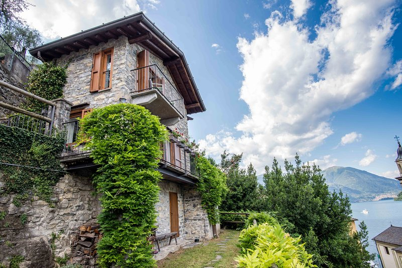 Stand-alone lakeside cottage | garden & 2 balconies | out-of-this-world view, vacation rental in Schignano