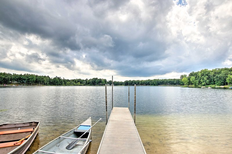 Cozy Cabin w/Boats, Fire Pit & Deck On Little Lake, holiday rental in Baldwin
