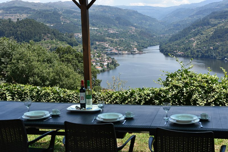 Douro Valley Farmhouse - Stunning Views - Private Pool - 4 bedrooms - Sleeps 8 – semesterbostad i Porto