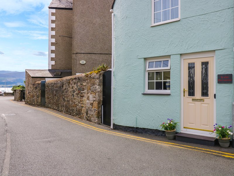 THE OLD FIRE STATION, town centre location, woodburner, pet-friendly, stylish, holiday rental in Beaumaris