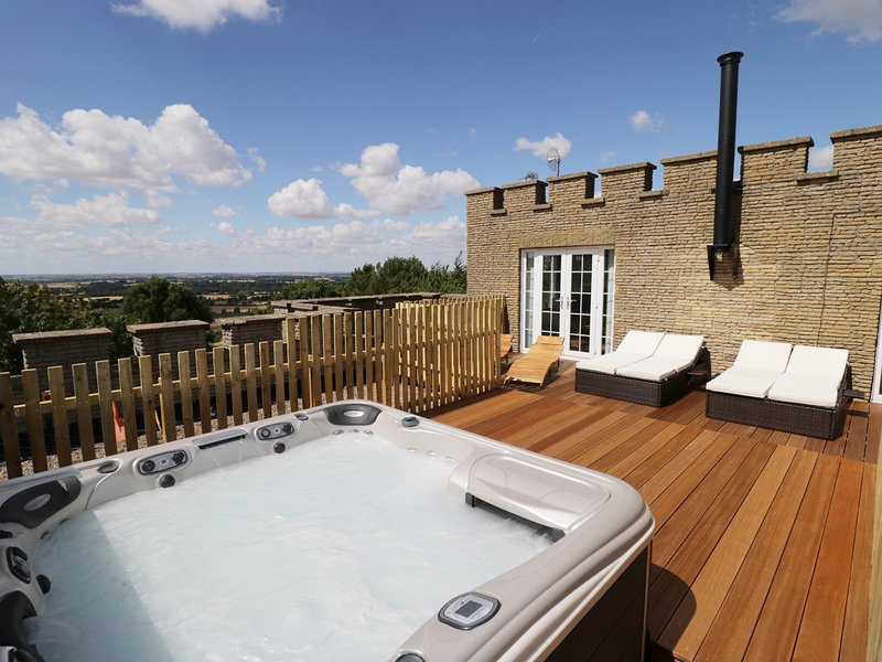 CASTLE TOP, hot tub, views, Nettleton, holiday rental in Laceby