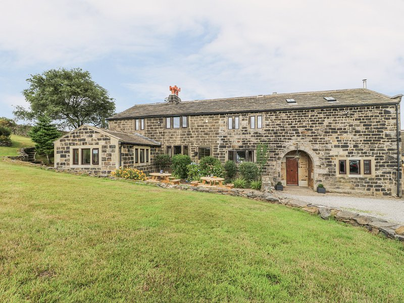 THE LONG VIEW, spacious cottage, hot tub, near Heptonstall, vacation rental in Heptonstall