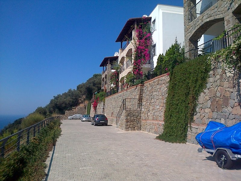 El acceso sigue los pasos que se muestran. Planta baja y planta intermedia. ¡Fácil estacionamiento!