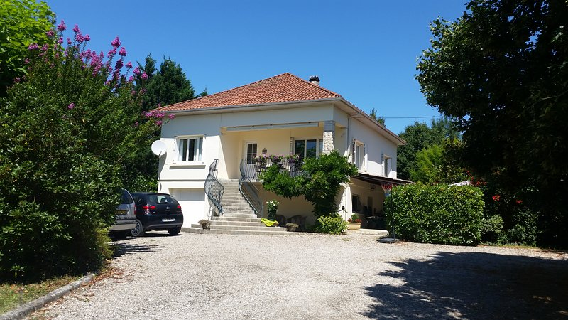 Beautiful  3 bed contemporary villa with private pool, huge gardens in SW France, location de vacances à Lougratte
