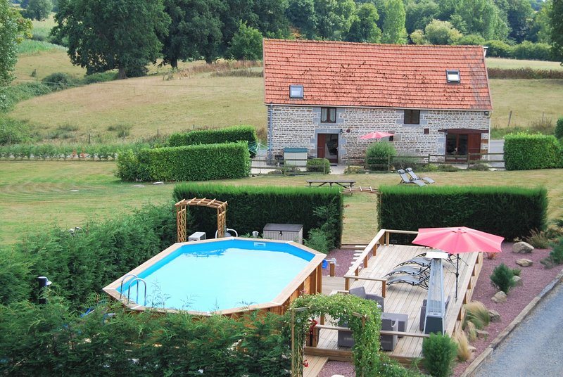 Rustic & spacious converted stone barn with pool, location de vacances à Saint-Martin-de-Landelles