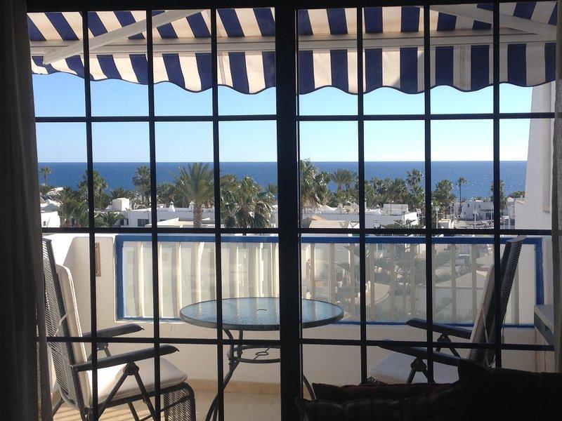 Varanda ensolarada do apartamento tem um fator tão uau! Privacidade, sol, sombra e vistas deslumbrantes sobre o mar.