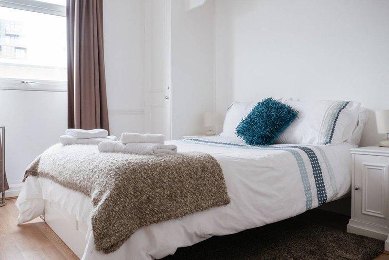 De rustige slaapkamer kijkt uit over de tuinen beneden (dus geen drukke straten!) En heeft veel opbergruimte