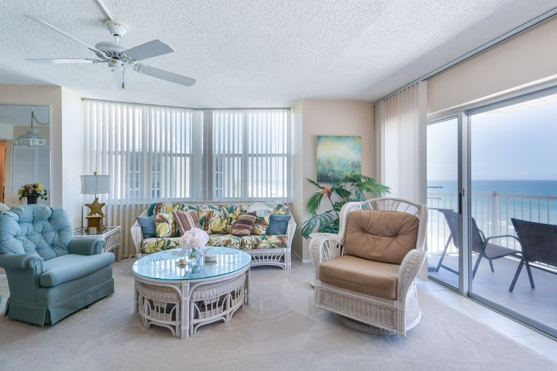 Spacious, oceanfront living room with flat screen TV and DVD player.