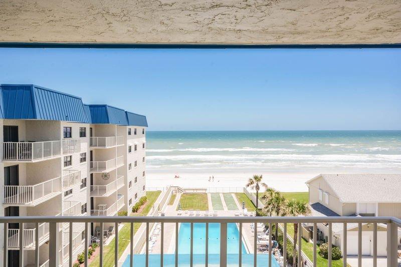 Godetevi le splendide viste sull'oceano dal condominio al 5 ° piano.