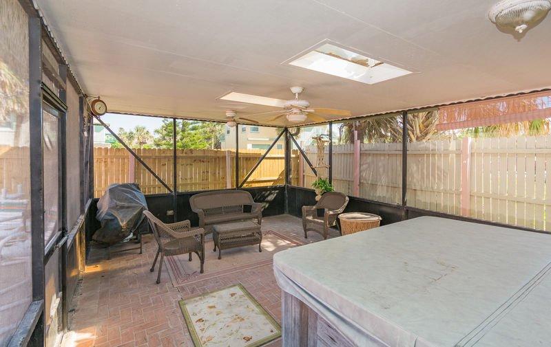 Profitez de la grande terrasse blindée avec bain à remous pouvant accueillir 8 personnes et pièce supplémentaire pour se détendre et profiter de l'ombre.