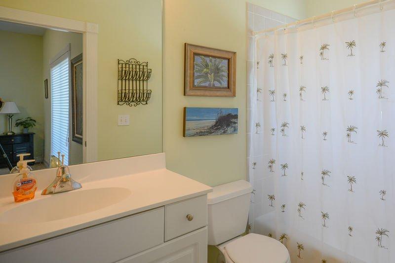 Tercer baño completo con ducha a ras de suelo.
