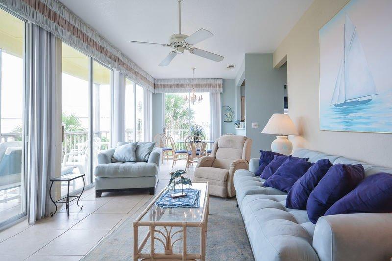 Salon avec vue sur l'océan avec télévision à écran plat, lecteur DVD et fauteuil inclinable.
